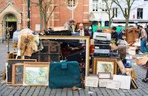 The flea market of Place du jeu de balle