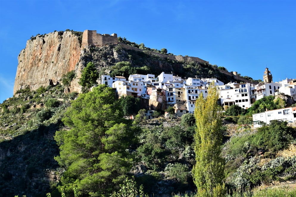 The village of Chulilla on the side of a mountain