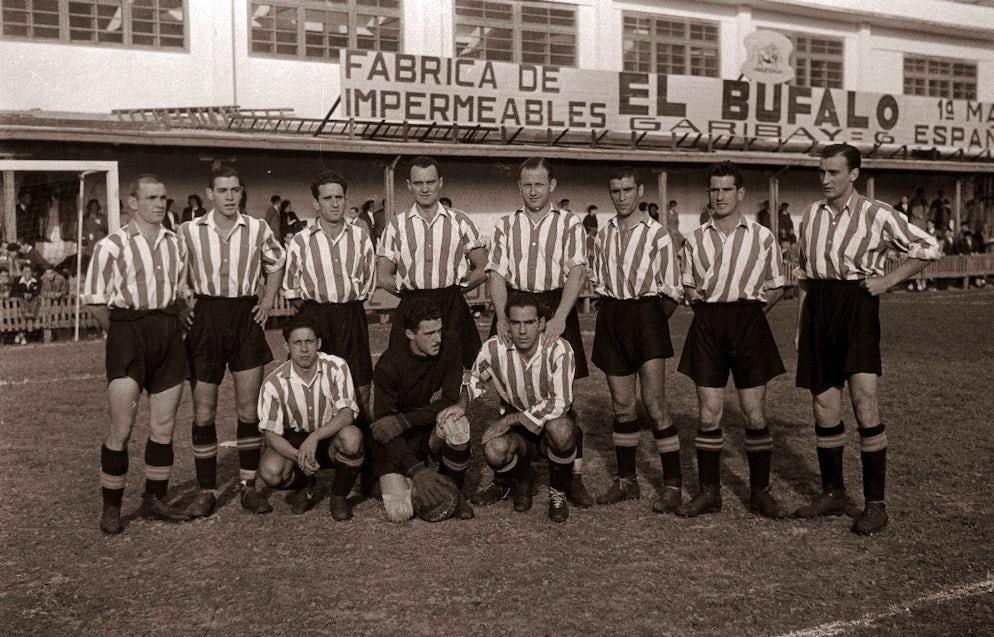 © Kutxa Fototeka (Athletic Bilbao in 1944 at the Atotxa Stadium to take on Real Sociedad)