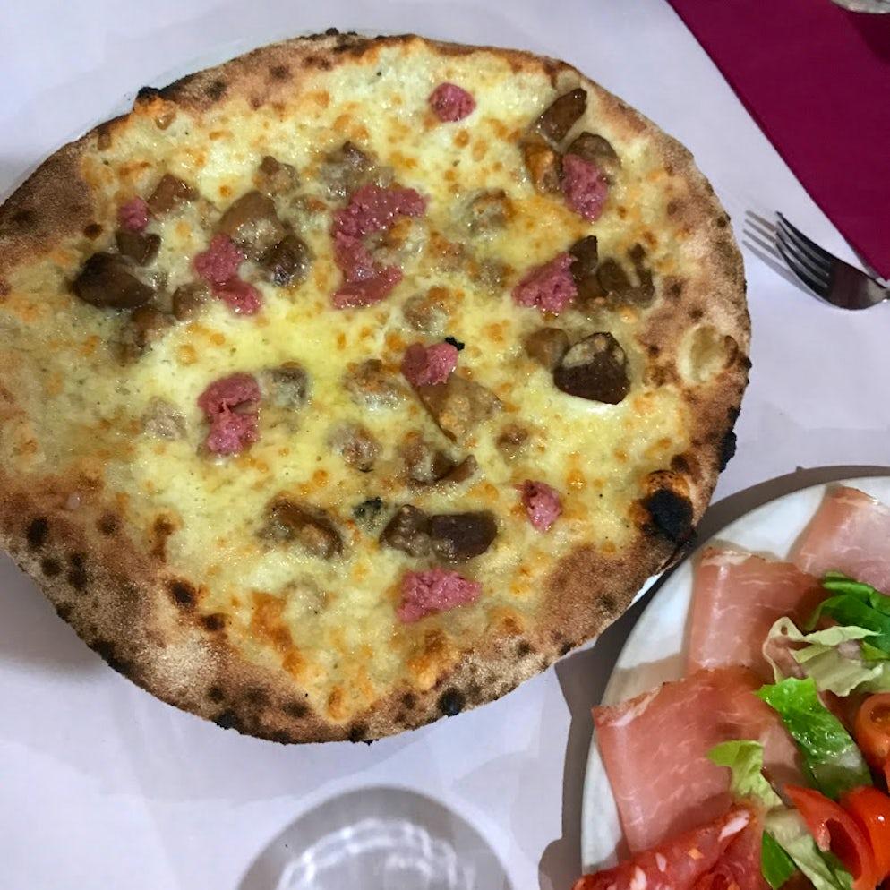 The pizza at Dar Poeta. Photo ©  Vy Dan Tran.