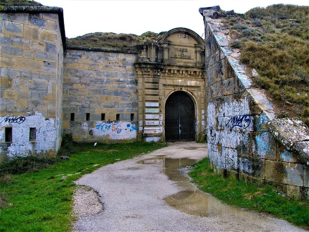 © Jorab (Entrance to the abandoned Fort San Cristóbal)