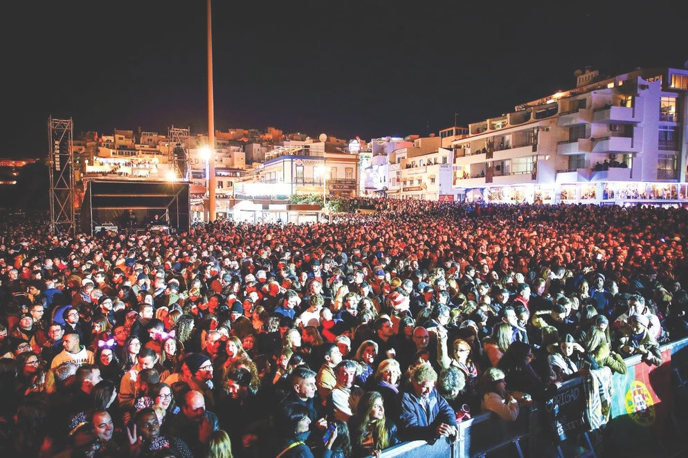 The Pescadores' square all filled up for the celebrations. (picture from Algarve Vivo).