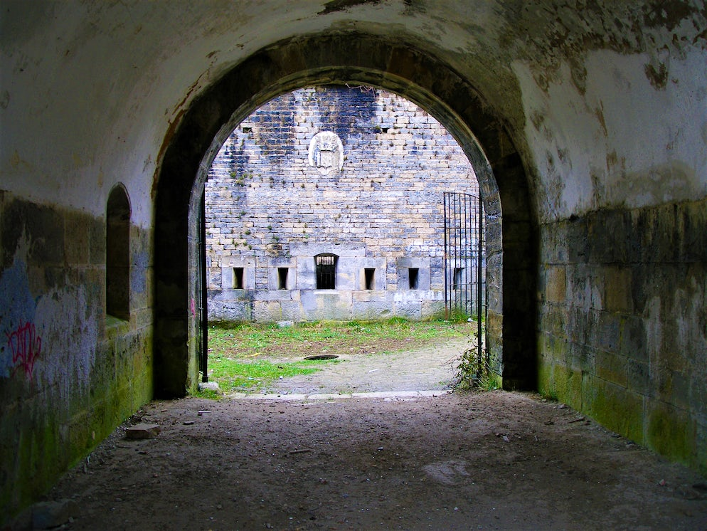 © Jorab (Inside the prison's corridors in sight of former cells)