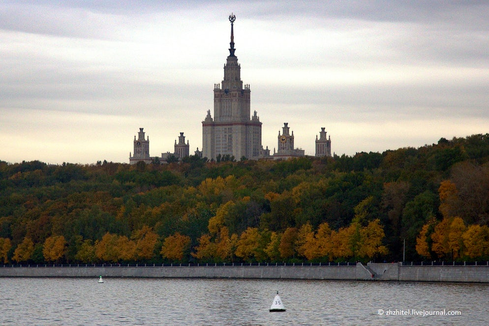 Photo © credits to zhzhitel.livejournal.com. Moscow State University on Vorobyovy Hills