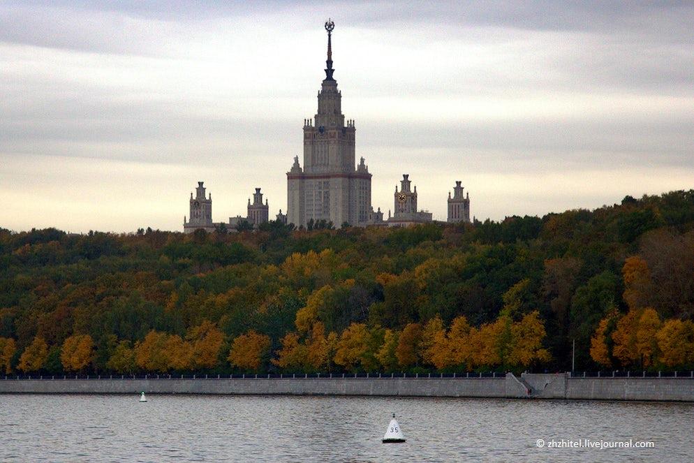 Photo © credits to zhzhitel.livejournal.com. Moscow State University on Vorobyovy Hills
