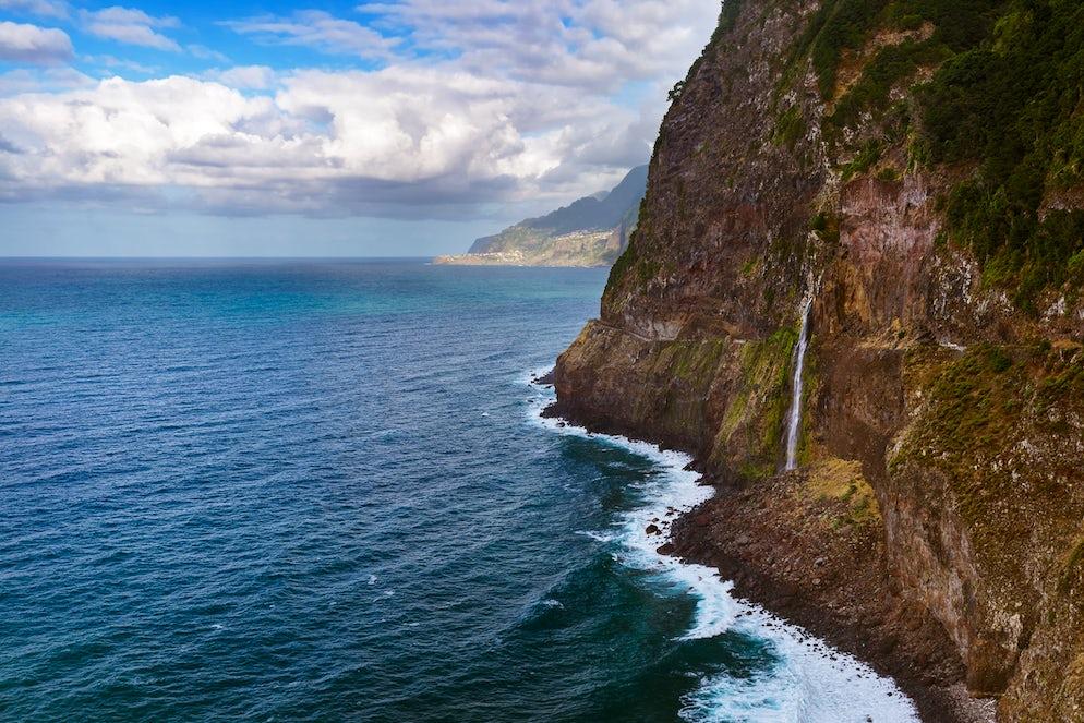 The thin waterfall falls to the sea like a veil (hence the name).