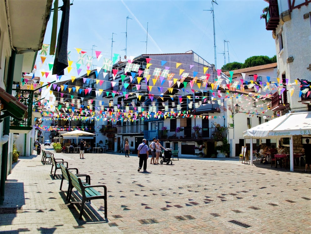 © photooiasson (Bunting in the colourful sreets of Hondarribia's Barrio Marino)