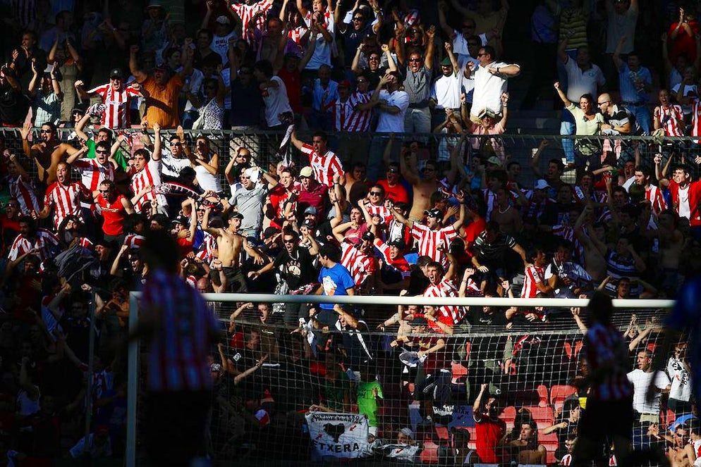 © Tsutomu Takasu (Athletic Bilbao fans celebrating with passion)