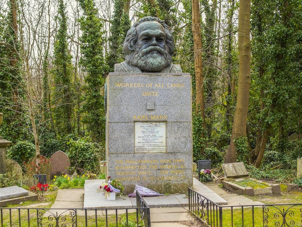 © alexkuehni (The Tomb of Karl Marx in Highgate Cemetary)