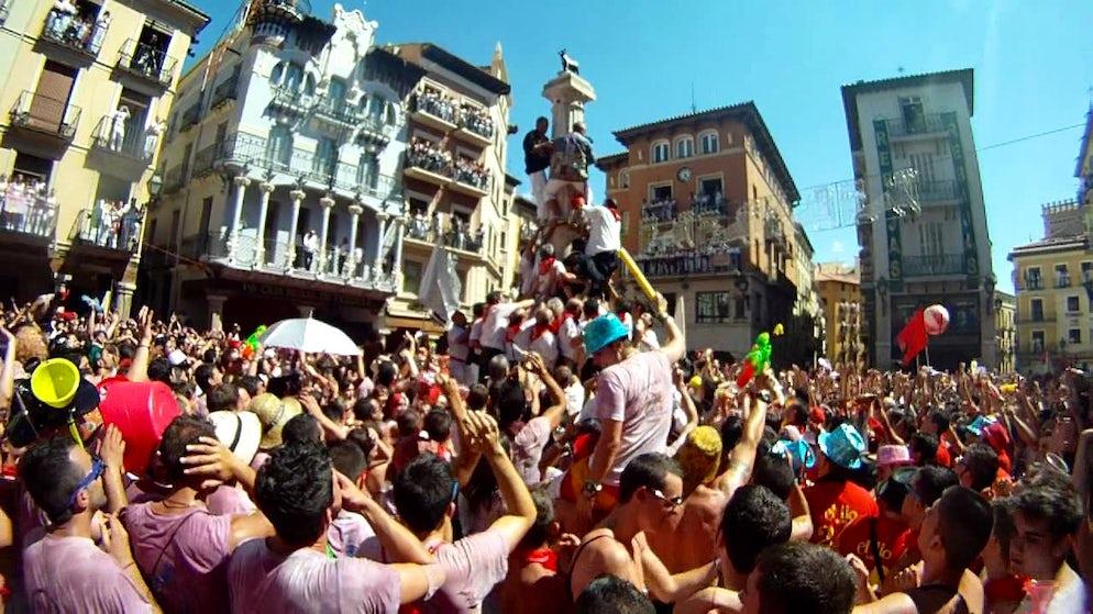 Picture © Credits to Creative Commons/WDPassport7 (Where the fiesta begins, in Teruel's main square)