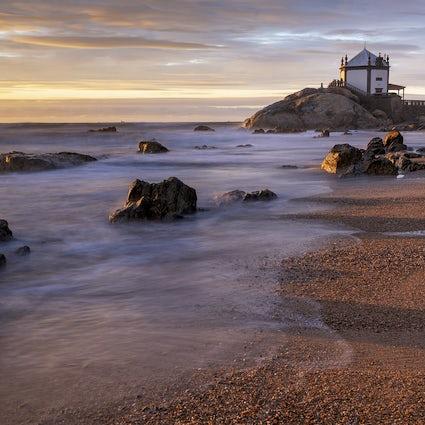 Hay una capilla en la playa de Miramar