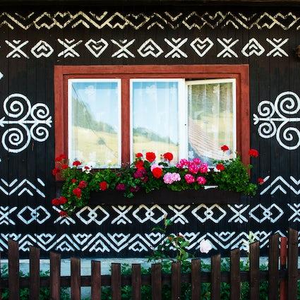 Admira el arte popular eslovaco en Čičmany museo al aire libre