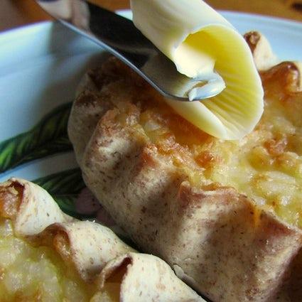 Pasteles carelianos de cocinero en la isla de Kizhi