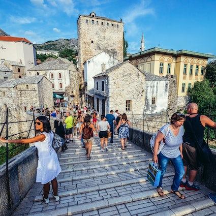 Passeio pedestre atemporal em Mostar