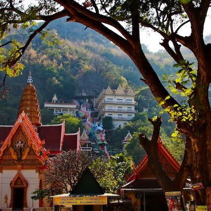 Wat Ban Tham Tempel in Kanchanaburi: durch den Mund eines Drachens.