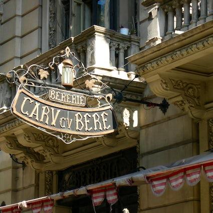 Explore la cervecería más antigua de Bucarest: Caru cu Bere