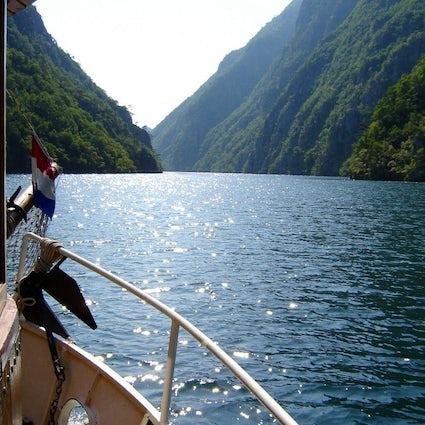 Entdecken Sie die Juwelen von Višegrad mit dem Schiff & Zug