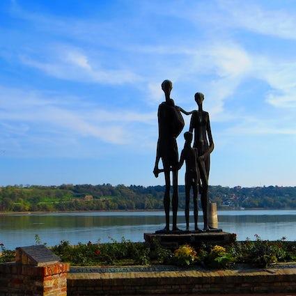 La familia, un monumento icónico a las víctimas de una redada en Novi Sad