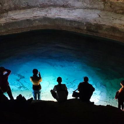 Fascinante lago azul de la cueva de Balayuk en Mangistau