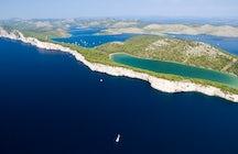 Vela em águas calmas e tranquilas de Telašćica Parque natural