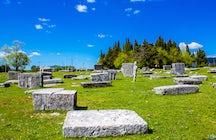 Talloze verhalen van stenen dwarsliggers bij Radimlja necropolis