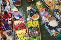 O colorido mercado flutuante Damnoen Saduak em Ratchaburi