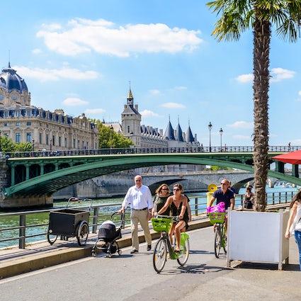Iconic bridges in Paris: Notre-Dame