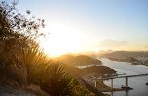 Un salvaje sendero de excursión a la cima del Morro do Moreno, Vila Velha