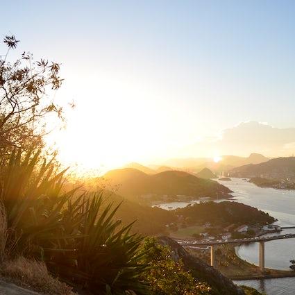 Ein wilder Wanderweg auf den Gipfel des Morro do Moreno, Vila Velha