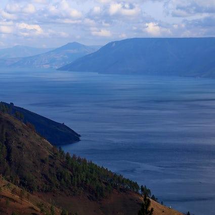 Le Lac Toba, une mer intérieure en province de Sumatra du Nord