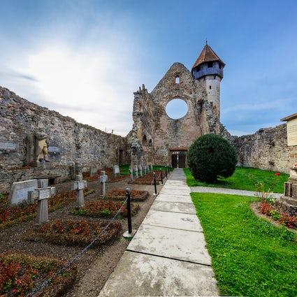 Viejo, nuevo y antiguo, el Monasterio Cârța y el Castillo de Arcilla