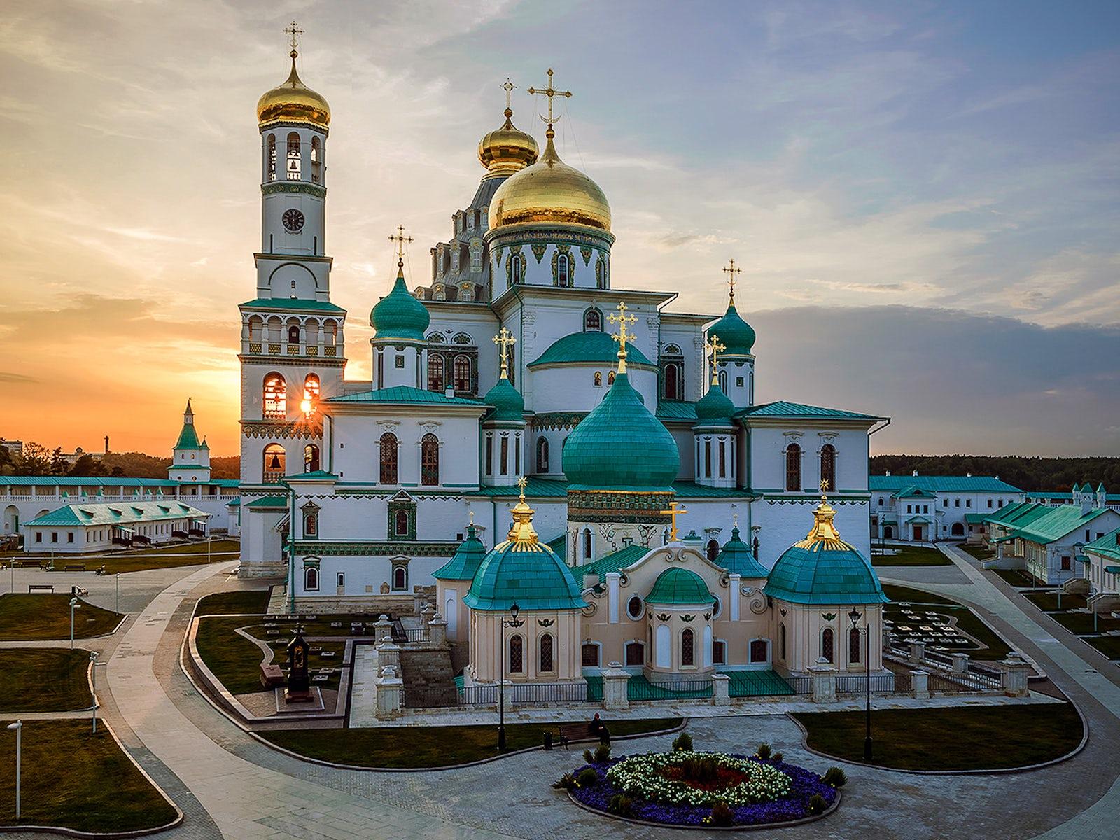 Cover photo © credits to Yury Golovkin