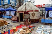 Spaziergang und Wochenendmarkt auf dem Arbat-Boulevard, Almaty