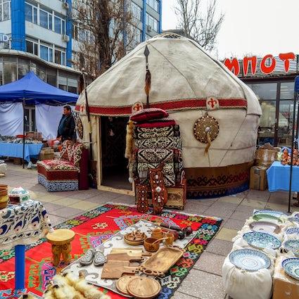 Paseo y feria de fin de semana en el bulevar Arbat, Almaty