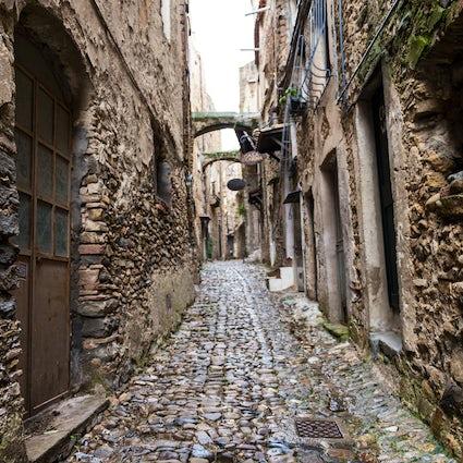 Passeggiando A Bussana Vecchia, Il Borgo Ligure Degli Artisti Di Ponente
