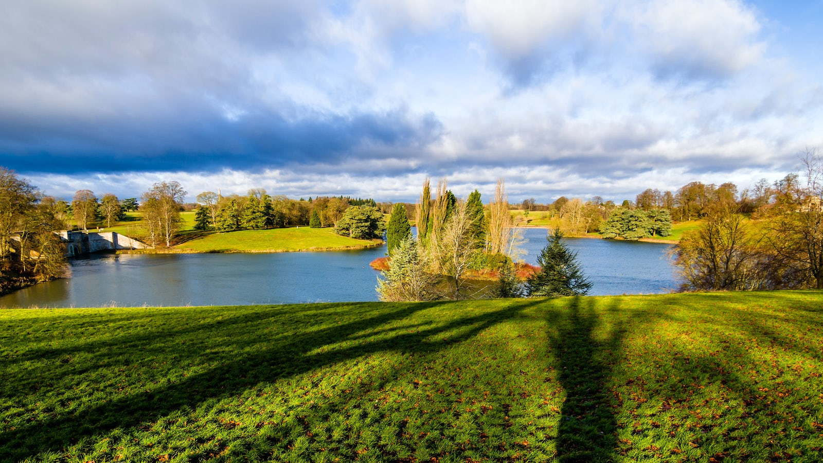 Cover picture: The lake at the Blenheim Palace | Picture credits to © iStock/yanjf