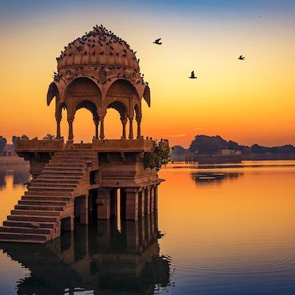 Uderzający Złoty Fort w Jaisalmerze i jezioro Gadisar