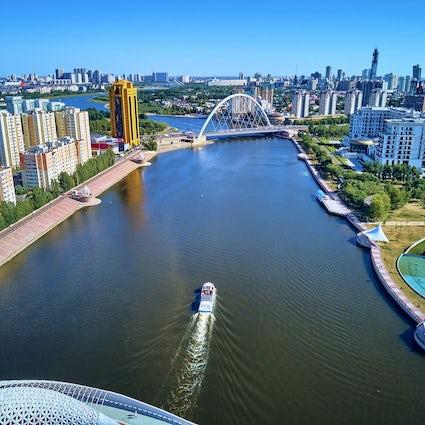 Un viaje por el río en Esil en Nur-Sultan