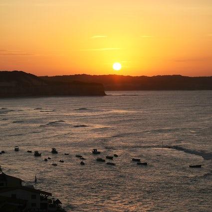 Delfines, amor y puesta de sol en las mejores bahías de Pipa
