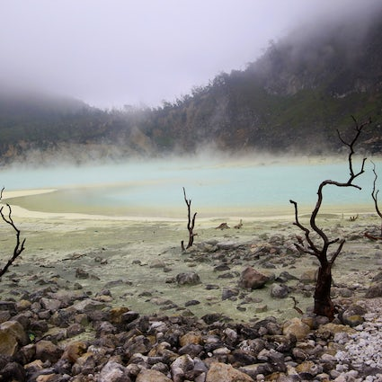 Paisaje surrealista de Kawah Putih en Java Occidental