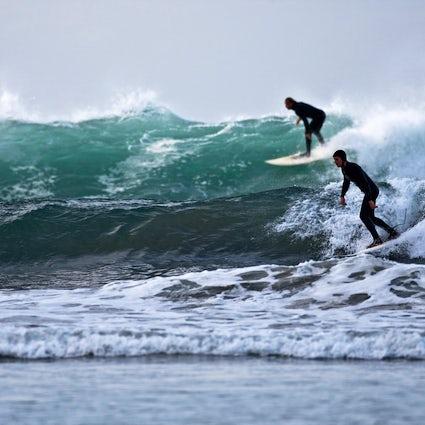 Surfer dans le cercle arctique à Lofoten
