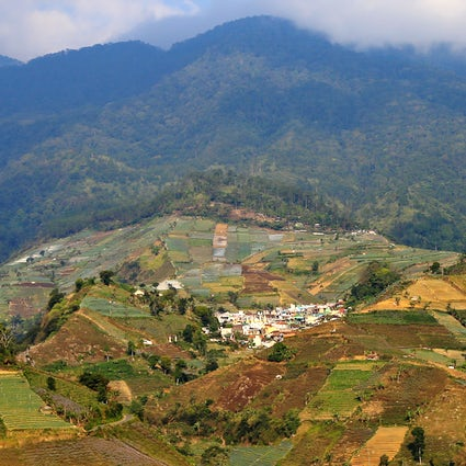 Ao redor do Monte Ciremai, Java Central: cachoeiras, lagos e mirantes