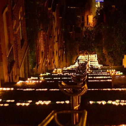 20.000 candele accendono questa città medievale belga una volta all'anno!
