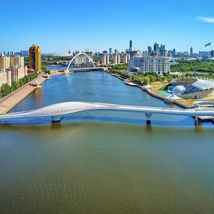 Puentes peatonales de Nur-Sultan: Seruen, Karaotkel y Atyrau