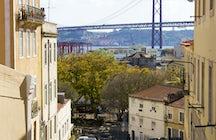 A hidden garden with a view of busy Lisboa
