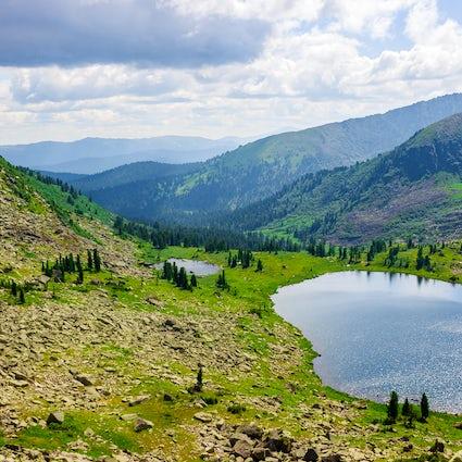 Vea el amanecer en el Parque Nacional de Ergaki en Krasnoyarsk