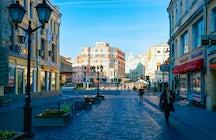 Ein angenehmer Spaziergang durch die Kuznetsky Most Straße in Moskau