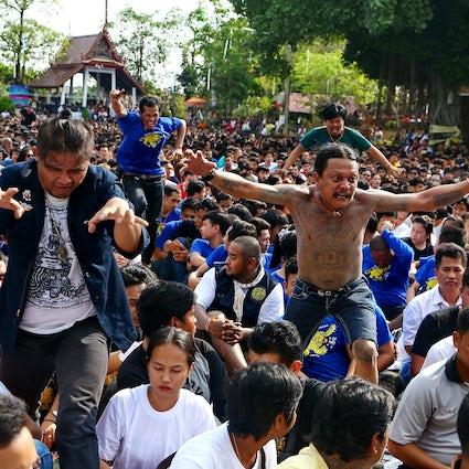Stampede van geesten: Sak Yant Festival in Wat Bang Phra