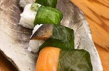 Pruebe un sushi único envuelto en hojas de wasabi en Akadama en Wakayama