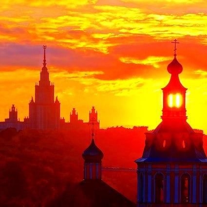 Ein atemberaubender Sonnenuntergang in der Nähe der Russischen Akademie der Wissenschaften in Moskau.